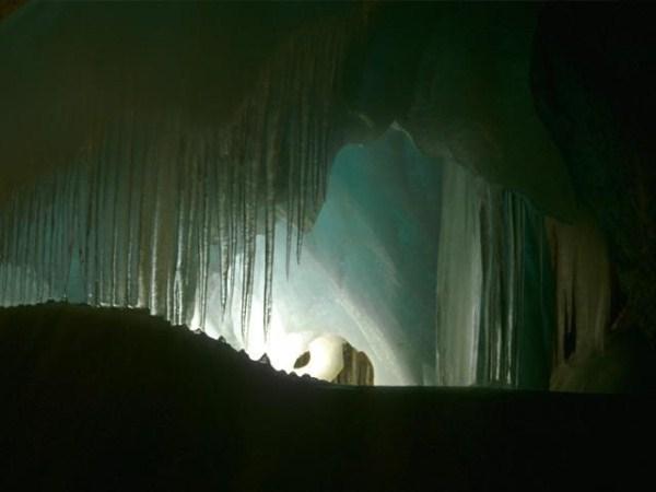 عکسهایی زیبا از بزرگترین غار یخی دنیا